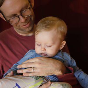 Soiva syli: isä ja lapsi