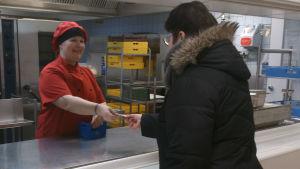 Storkökskock Virpi Kumpulainen, Källhagens skola, tar emot lunchkuponger