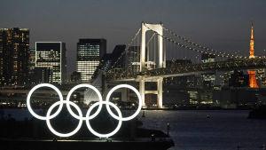 De olympiska ringarna lyser i Tokyonatten.