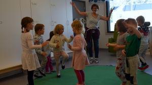 Rut Andersson dansar med barnen i gruppen Bikupan.