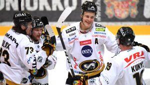 Jesse Puljujärvi blir gratulerad efter mål i Kärpät.
