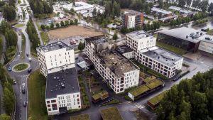 Brandskadat hus i Jyväskylä fotograferat ovanifrån med en drönare.