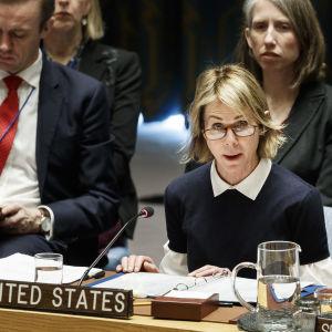 I förgrunden diplomaten Kelly Craft, två andra personer i bakgrunden.