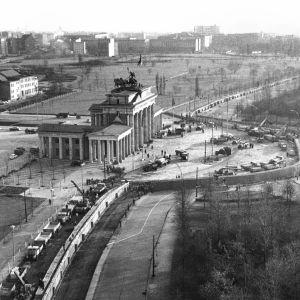 Berlinmuren i november 1961. Bygget hade startat i augusti.