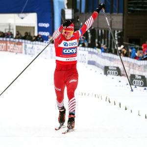 Alexander Bolsjunov korsar mållinjen i Falun.
