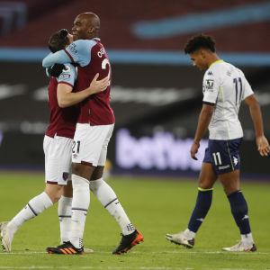Aaron Cresswell och Angelo Ogbonna firar, Aston Villas Ollie Watkins går förbi med huvudet böjt