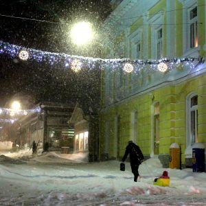 Snön drar in över torget i Ekenäs.