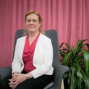 Språkforskaren Jenny Stenberg-Sirén sitter i en stol