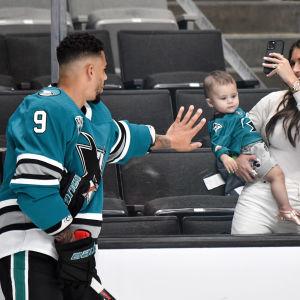 Evander Kane ja hänen vaimonsa Anna Kane sekä heidän lapsensa.