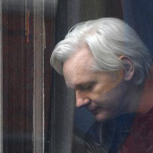 Julian Assange talade med reportrar från balkongen i Ecuadors ambassad i London den 19 maj 2017.
