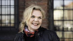 Laura Suomalainen hymyilee ja katsoo merelle