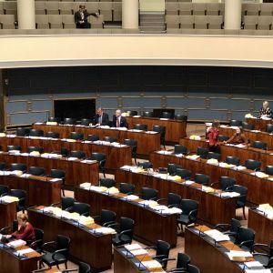Få riksdagsledamöter på sina platser under nattplenum