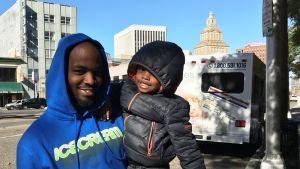 Timothy Butler med treårige sonen Quamire Hayes vid en gata i Newark utanför New York.