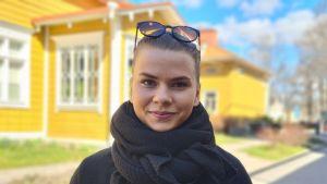 Porträtt av kvinna utomhus vid Gado i Åbo.