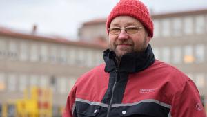Tom Rönnblad utanför Centralskolan i Hangö.