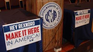 Hallå Rexnord, tillverka här i Amerika! står det på skylten i Stålarbetarfackets festsal.