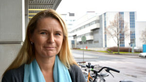 Arbetshälsopsykolog Marina Maatela utanför Radiohuset
