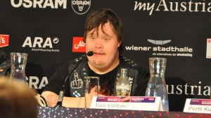 Toni Välitalo på presskonferens.
