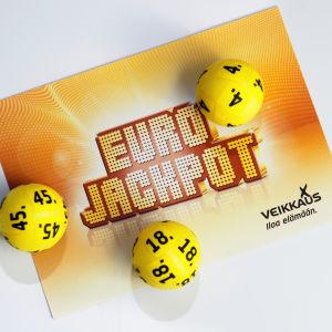 Lottobollar och en Eurojackpottlogo.