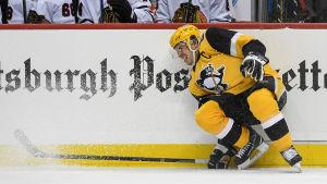 Sidney Crosby grimaserar illa.