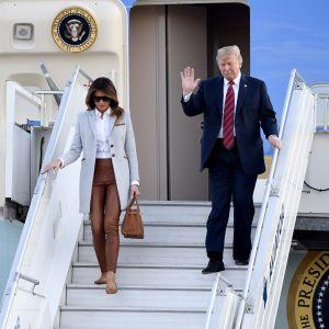 Melania och Donald Trump stiger av flyget på Helsingfors-Vanda flygplats.