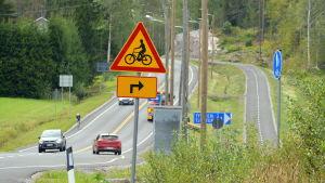 Landsväg med cykelväg intill.