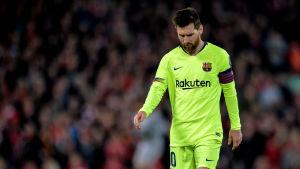 Lionell Messi går och tittar ner i marken