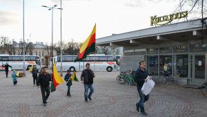 demonstranter anländer till platsen