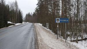 """Skylt med texten """"Puumala"""" vid riksvägen."""