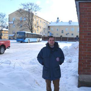 Biträdande stadsdirektör i Borgå Frederick von Schoultz står på den tomma gården bakom stadshuset i Borgå.