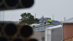 Taket på tidigare stålbolaget Ruukki, nuvarande Ssab renoveras. Stålföretaget FN-steel som syns i bakgrunden gick däremot i konkurs för några år sedan.