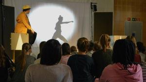 Minna Valkama och Malin Olkkolas projekt Kul på svenska turnerar runt om i landet med sina teaterföreställningar för finskspråkiga barn. Här i Huutoniemen koulu i Vasa.