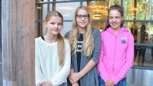 Sjuorna Stella Karlberg, Carolina Alopaeus och Rebecca Siro utanför Källhagens skola.