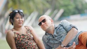 Alexandra och Hans Elfving på strand.