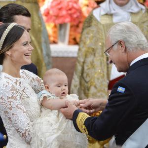 Kung Carl XVI Gustaf gullar med sin sonson prins Alexander, som sitter i prinsessan Sofias famn.