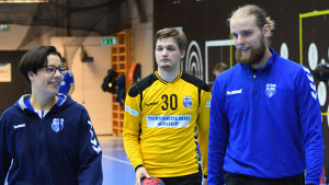 Joonas Klama försöker imponera på målvaktstränaren Vanja Radic under sitt första träningspass med herrlandslaget i handboll.