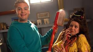Tandfen Briljant (Ole Øwre) med en jättestor tandborse och Gottis (Julia Korander)