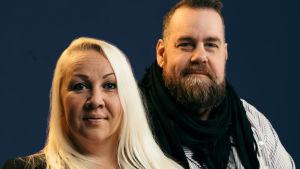 Närbild på sexologen Satu Söderström och journalisten Stan Saanila som tittar in i kameran.