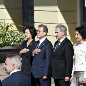 President Sauli Niinistö och Sydkoreas president Moon Jae-In med gemål utanför presdientens palats i Helsingfors.