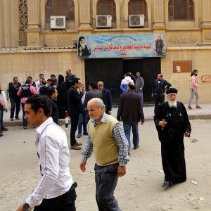 Människor utanför den angripna kyrkan utanför Kairo.