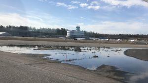 Helsingfors-Malms flygplats bakom en vattenpöl.