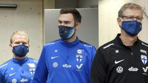 Joel Pohjanpalo, Tim Sparv och Markku Kanerva går i kö med ansiktsskydd.