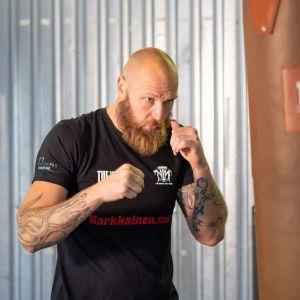 Robert Helenius slår mot en boxningssäck.