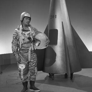 Leo Jokela astronautin asussa avaruusraketin vierellä Iskelmäkarusellissa 1962.