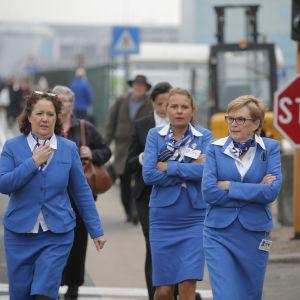 Flygvärdinnor lämnar flygplatsen i Bryssel.