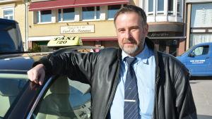 Taxichauffören Leif Huldin vid sin bil i Ekenäs.