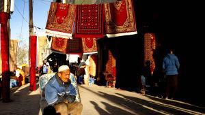 En afghansk man säljer mattor på en sidogata i Kabul den 6 april 2017.