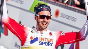 hans Christer Holund firar sitt VM-guld.