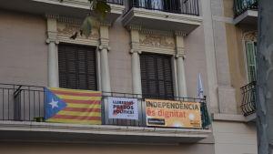 Kataloniens flagga på balkong som stöd för självständighetssträvandena