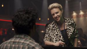 Managern Debra (Kate McKinnon) ser glad ut.
